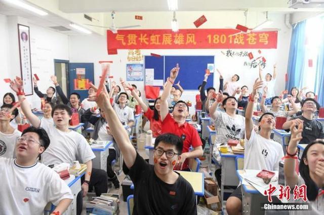 资料图:6月6日,湖南长沙同升湖实验学校教师与考生抛起红包迎接高考